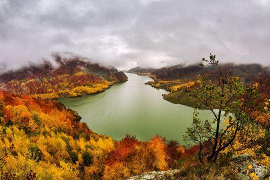 Lacul Siriu in plina toamna